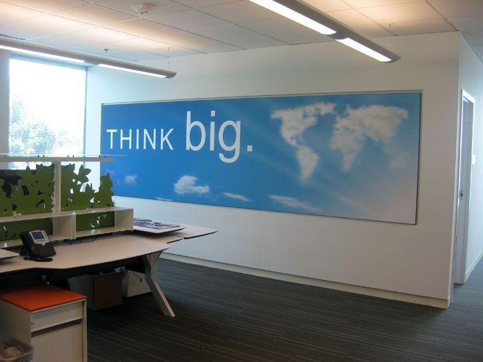 Обширные стены можно занять такимипостерами для офиса, которые придадут помещению свежий вид. С таким фоном идеи будут креативнее!