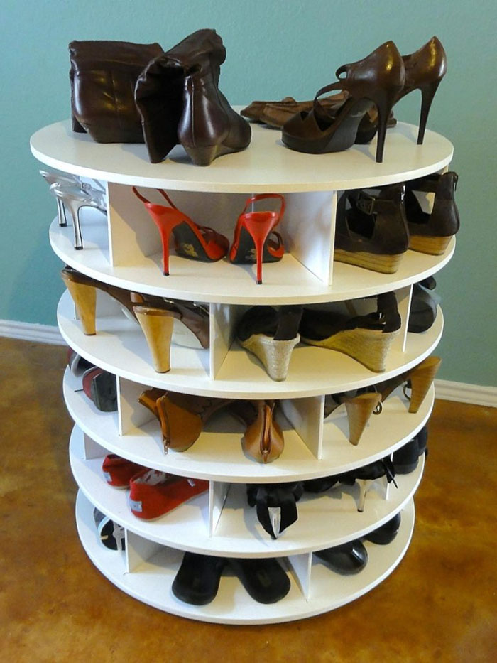 Интересный органайзер для туфелек может быть округлым и вращающимся, что делает полочку ещё удобнее