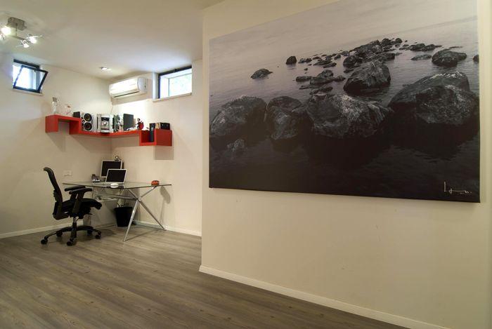Необязательно делать яркий акцент на стенах – будет уместно изображение в ахроматической гамме