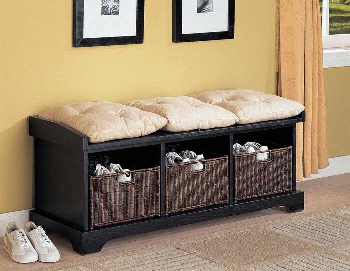 Плетёные тёмные ящички для обуви прекрасно смотрятся рядом с пастельными тонами подушек сиденья и нейтральным оттенком стен