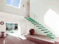 Оригинальная конструкция с «летящими» ступенями из стекла