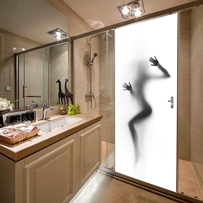 Сдвижные двери применяют внутри помещений. Их дополняют стеклянными перегородками, чтобы создать душевую кабину с необходимыми размерами