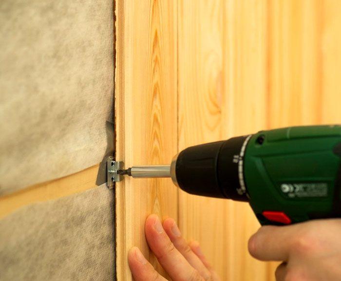 Фиксация реечных фрагментов осуществляется с помощью строительного степлера или небольшими саморезами