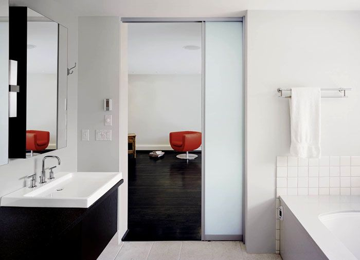 Для экономии пространства устанавливают конструкцию с нишей внутри стены. Туда сдвигается дверное полотно при открывании