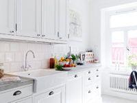 Белая плитка для кухни на фартук освежает интерьер