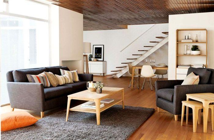 Для разбавления этого контраста используют мебель светлых оттенков из натуральной древесины. Она принесёт природное тепло и сделает дом уютнее