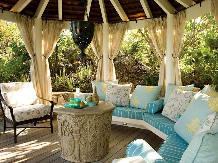 Для средиземноморского стиля характерны лёгкие занавески, яркие подушки, канаты и прочий морской декор