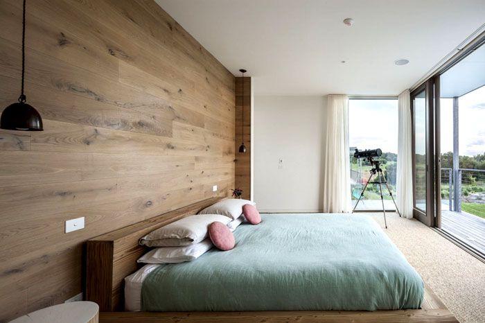 Можно сделать акцент на стене, украсив её кладкой из натурального камня или деревянными панелями светлого оттенка