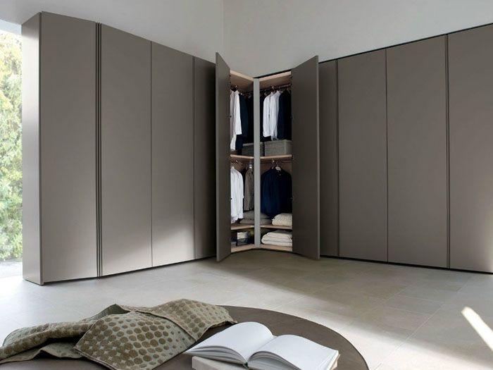 Распашные двери делают узкие, чтобы не создавать лишние препятствия в комнате в открытом состоянии