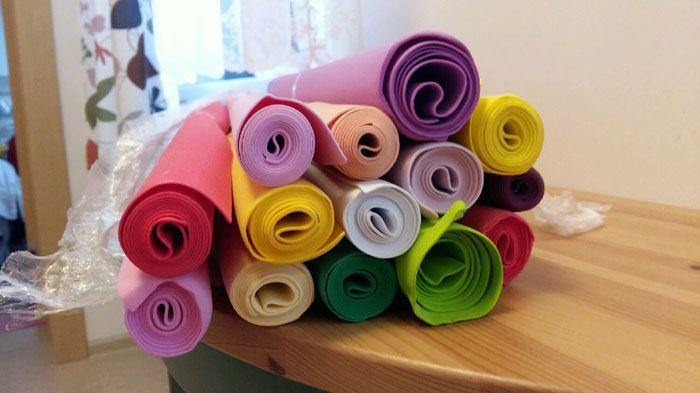 Пенистая резина имеет широкую цветовую гамму, но мастера предпочитают использовать белую и тонировать её самостоятельно с помощью красок