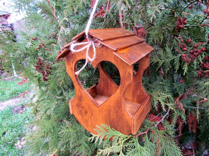 Есть много вариантов изготовления кормового домика из разных материалов