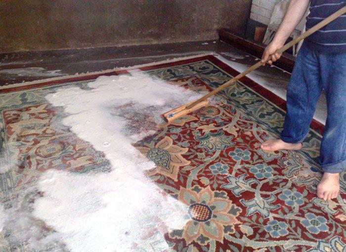 Рассыпьте мелкую соль «Экстра» по всему полу и сметите её щёткой. Снова рассыпьте соль и повторите процедуру до тех пор, пока она не будет чистой. После задействуйте пылесос