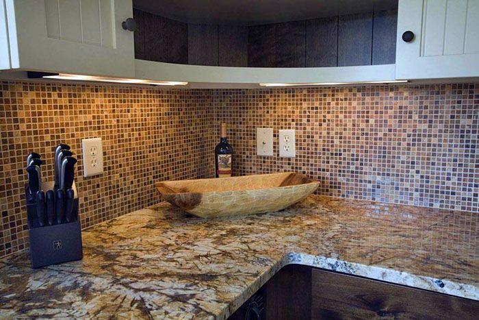 Мозаика хороша как для маленьких кухонь, так и для больших пространств столовой