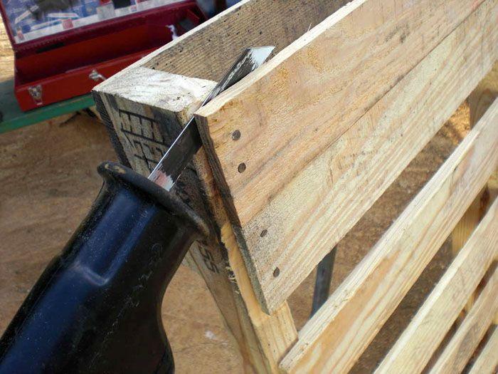 Для разборки поддонов используют подходящие инструменты