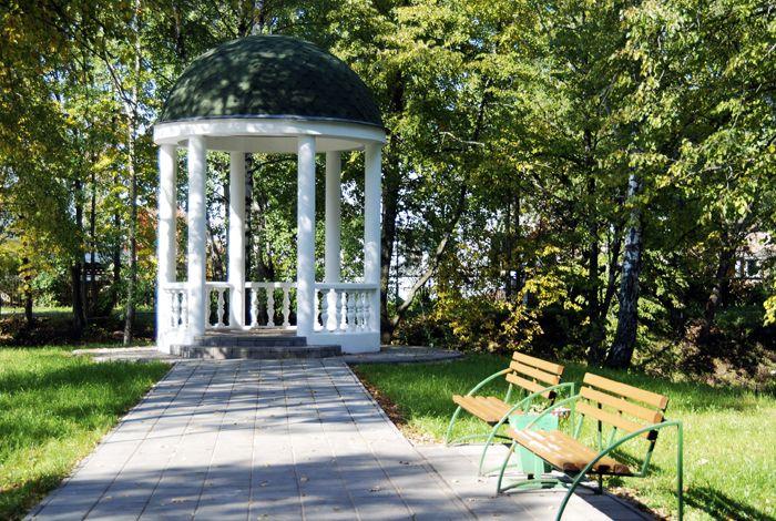 Круглые формы характерны для ротонд, здесь великолепно смотрятся колонны, купола и вьющиеся лианы