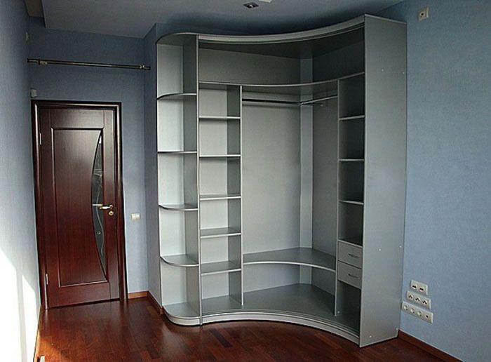 Сложная конструкция точно соответствует конфигурации комнаты