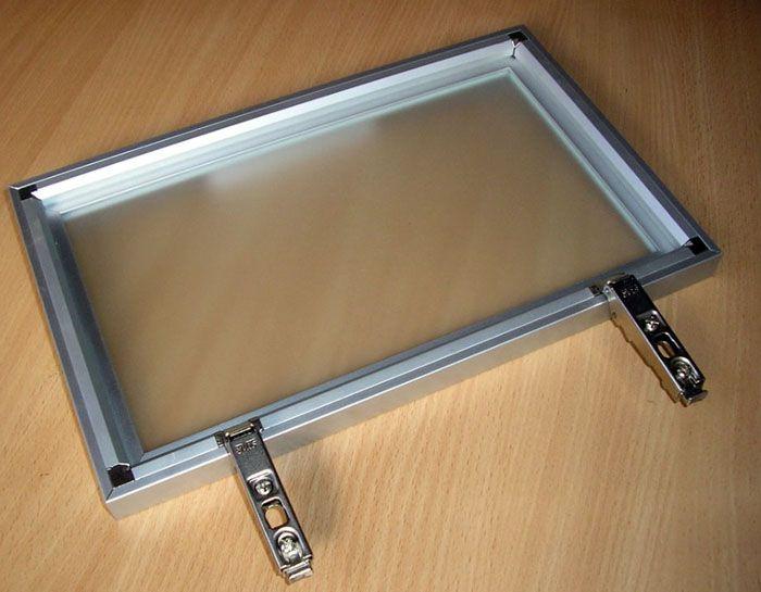 В алюминиевые рамки вставляют матовые, прозрачные и цветные стёкла, пластиковые пластины