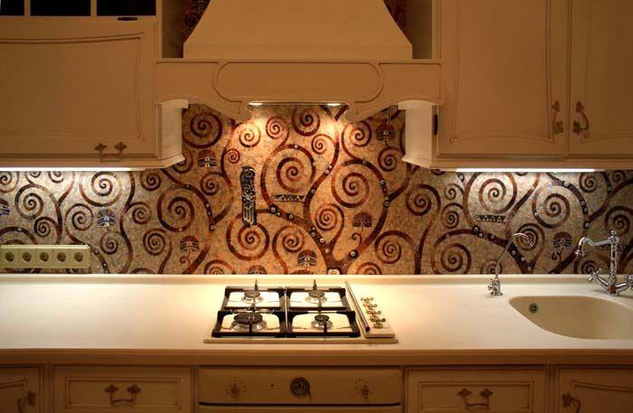 Узоры из мозаики и однотонная кухонная мебель создают приятное впечатление