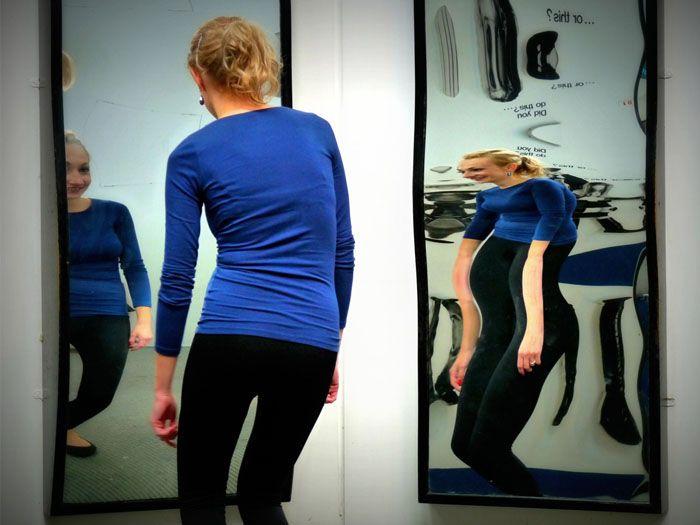 Применяйте идеально ровные зеркальные поверхности, чтобы не превратить спальню в комнату смеха