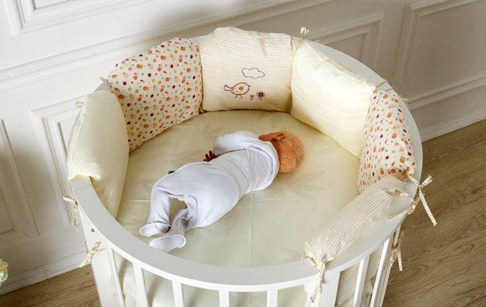 Круглая кроватка прекрасно смотрится в интерьере, и широкий выбор текстиля позволяет подобрать самое лучшее для малыша