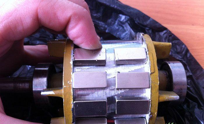 Магниты нужно расположить в два ряда с одинаковым промежутком