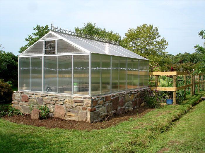 Фундамент, который впоследствии можно облицевать природным или искусственным камнем, способен стать достойным внимания строением в саду