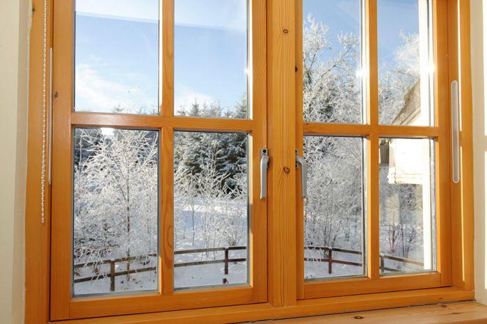 Вы можете обыграть самые обычные окна из ПВХ, оформив рамы плёнкой под дерево