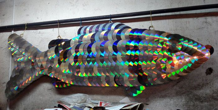 Для такой рыбки нужно большое количество болванок и основа из плотного картона. На основу собираются диски, начиная с хвоста для имитации чешуи