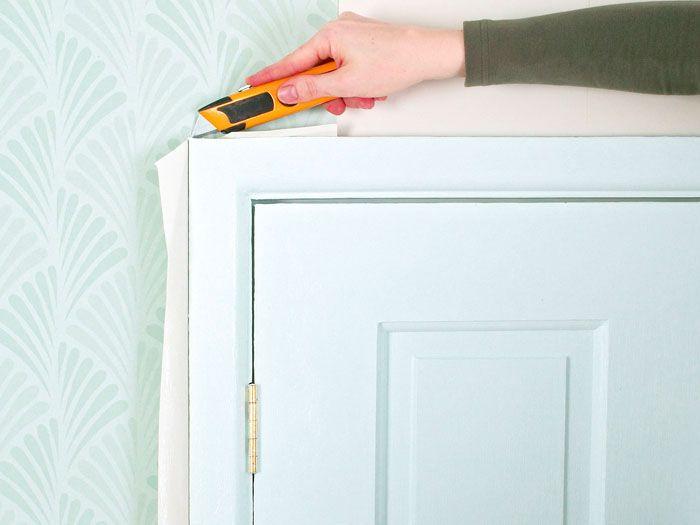 С дверью поступайте аналогично: обрежьте уже закреплённое полотнище по периметру