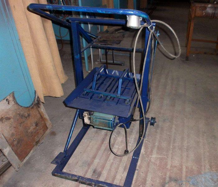 Небольшая машинка для изготовления блоков стоит в пределах 18-30 тысяч рублей