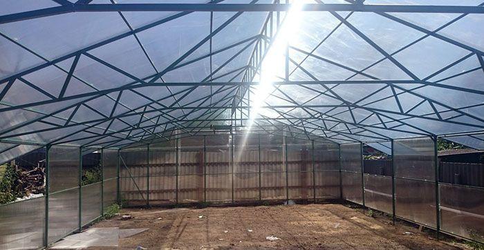 Крупные двускатные теплицы каркасные из поликарбоната применяют для коммерческой сельскохозяйственной деятельности