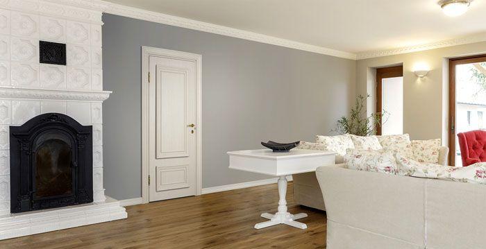 Несложно подобрать белую шпонированную дверь к белым плинтусам и сочетать её с фоном комнаты