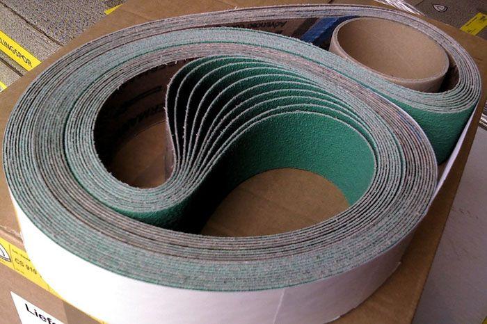 Изготавливая ленту самостоятельно, старайтесь не делать больше одного стыка. Все места склейки в процессе шлифовки растягиваются, и лента ослабевает
