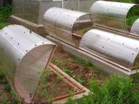 Поднимающиеся арочные «крышки» подойдут для компактных сооружений. Подобные теплицы «Ракушки» из поликарбоната используют для выращивания рассады