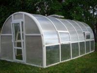Здесь для эффективной вентиляции применяют отверстия в стенах и крыше. Можно установить типовые механизмы для стандартных оконных и дверных блоков, которые выполняют аналогичные функции