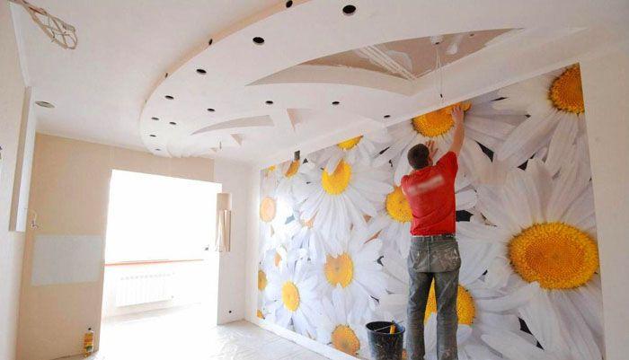 Не снимайте сразу всю защиту, сделайте это с краю и потом постепенно удаляйте её по мере приклеивания к стене