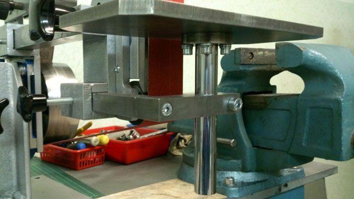 Для закрепления столика на станке используется прижимная рама