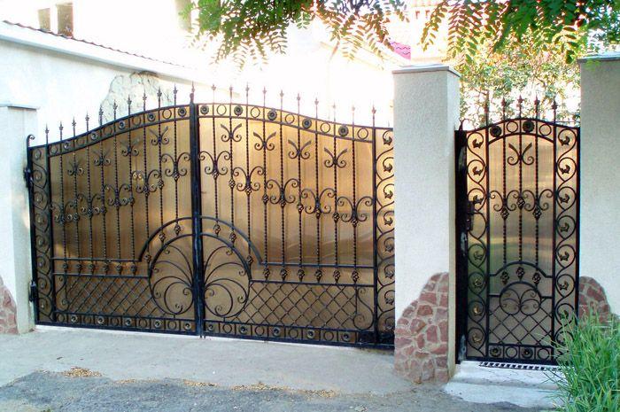 Слегка размытый фон за воротами визуально расширяет пространство участка и в то же время пропускает солнечный свет, что позволяет содержать прямо за воротами газон или клумбу