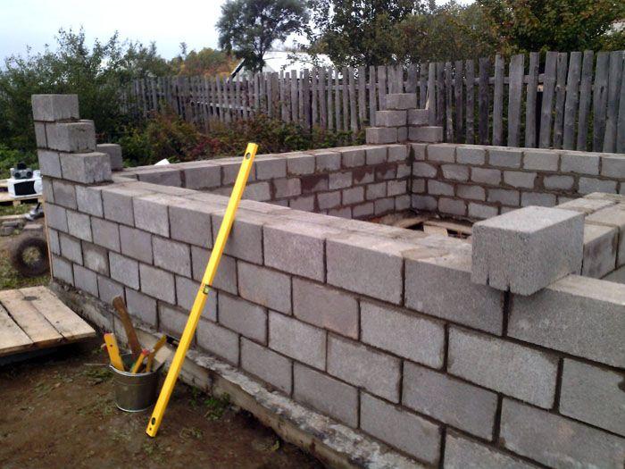Вертикальность кладки следует постоянно проверять строительным уровнем