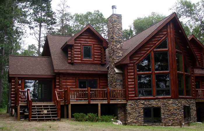 На фото деревянного дома из бревна видны особенности цоколя