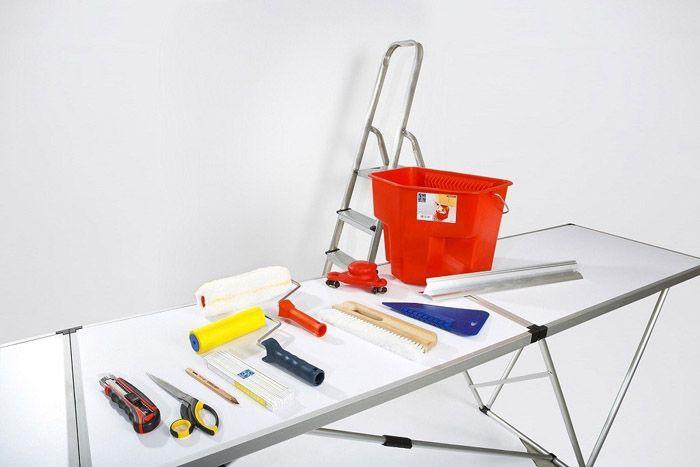 Все эти инструменты пригодятся вам ещё ни раз, ведь обои нужно переклеивать с периодичность раз в три-пять лет