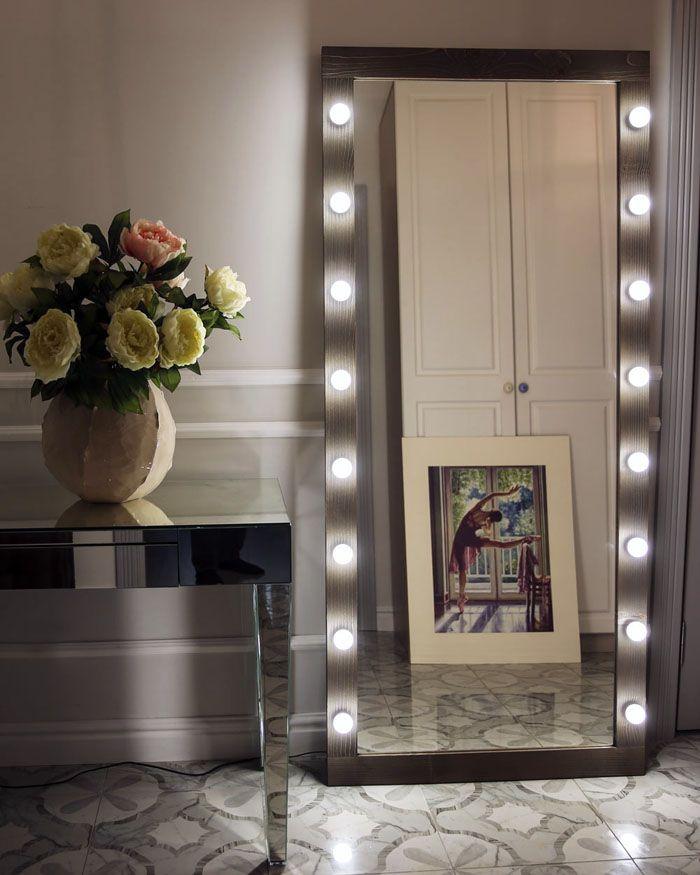 Идеально вписанное в дизайн зеркало освежает комнату