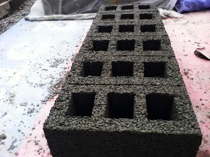 Технические характеристики этого строительного материала напрямую зависят от типа наполнителя. Самыми прочными считаются блоки из щебёнки и гальки