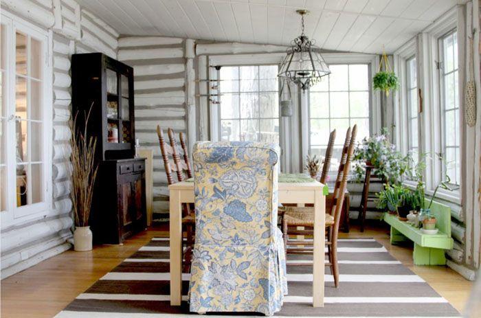 Фото дизайна деревянного дома из бревна внутри демонстрирует окраску стен. Такую отделку применяют для маскировки эстетических дефектов