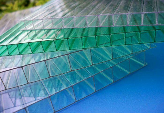 Для обшивки парников и теплиц применяют листы из поликарбоната с полостями и рёбрами жёсткости