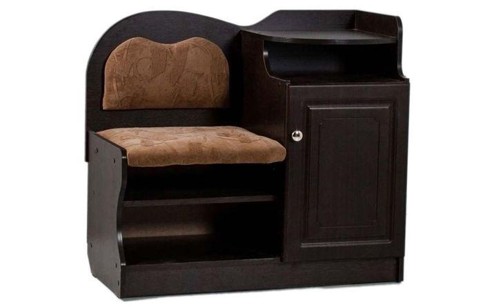 Одноместное креслице-банкетка: обуваемся, а рядом на полочке стоит сумочка, и лежит мобильник