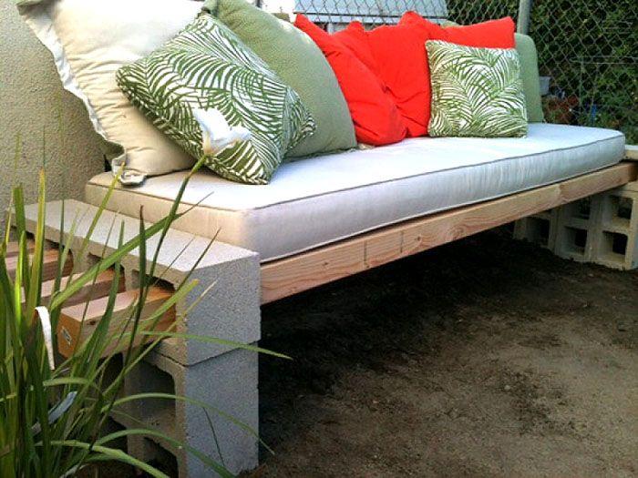 Прочный силовой каркас можно сделать из бетонных блоков, кирпичей, деревянных брусьев