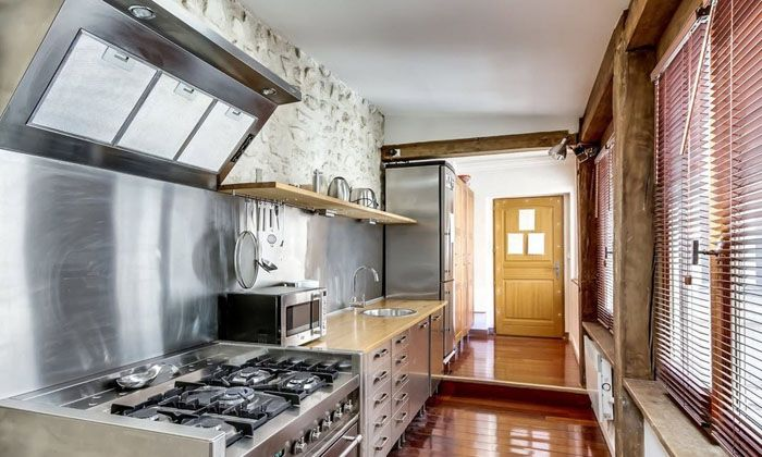 Линейное расположение кухонного гарнитура применяют в узких и длинных комнатах