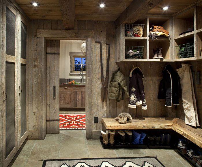 Особенный стиль, где древесина играет главную роль. Здесь есть место для обуви на всю семью