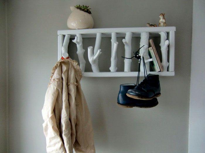 Отличное современное решение для деревянной настенной вешалки, и смотрится очень красиво
